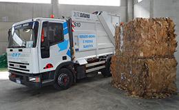 dettaglio muletto per gestione imballaggi rifiuti da riutilizzo