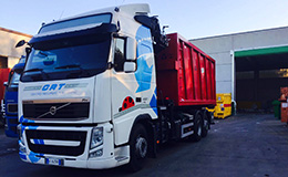camion per la raccolta e riciclo rifiuti nella neve